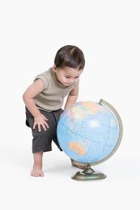niño y globo terráqueo