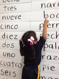 Una pequeña de tres años reconoce palabras de lectura