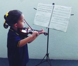 Una pequeña de tres años comienza a tocar el violín