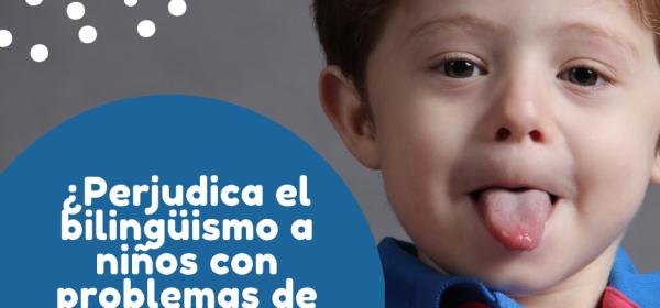 Un niño sacando la lengua